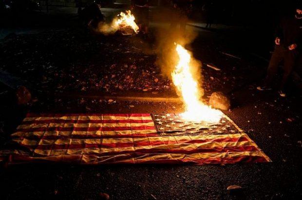 معترضان در پورتلند پرچم آمریکا را آتش زدند